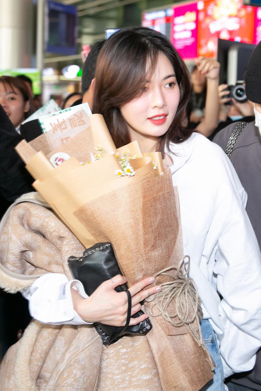 Loạt sao Hàn đổ bộ Việt Nam: HyunA và Edawn mua sắm tại Vincom, Taemin và NCT đáp máy bay tại Hà Nội