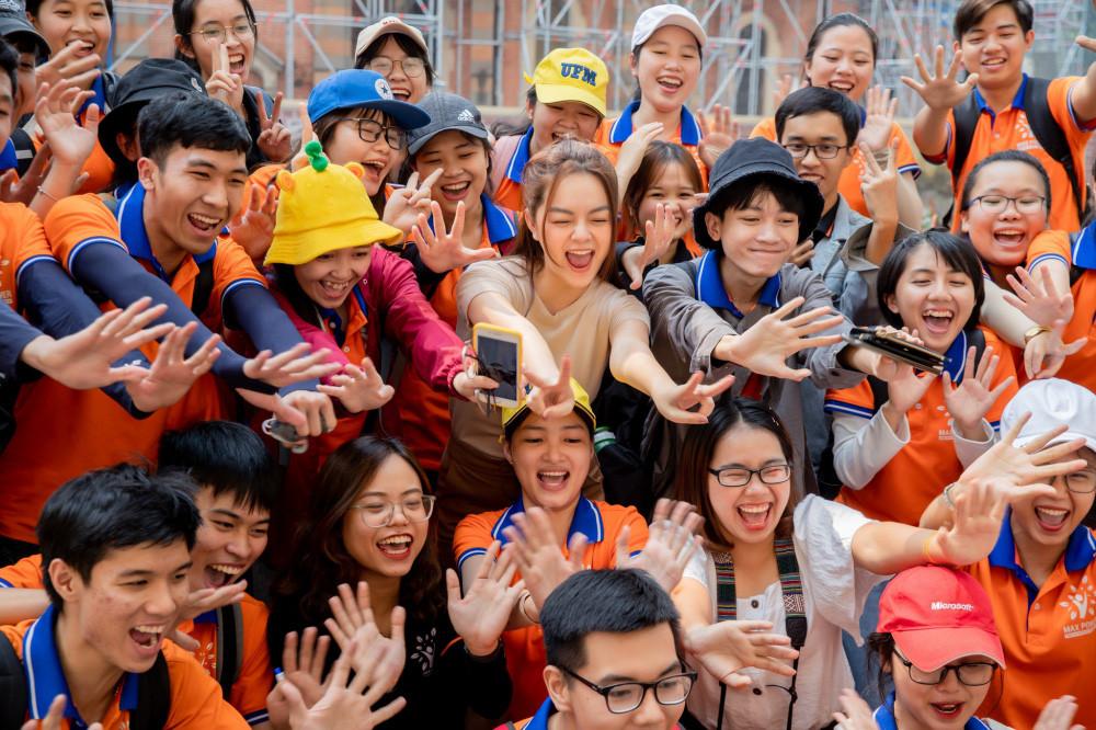 Phạm Quỳnh Anh cùng con gái rong ruổi hết phố phường Hà Nội trong trang phục áo dài