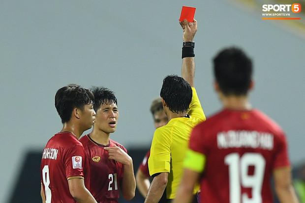 Nhận chiếc thẻ đỏ, Đình Trọng có nguy cơ bị treo giò trong World Cup 2022