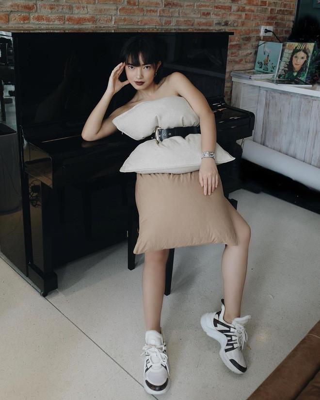 Thử thách trang phục cách ly bằng gối: Châu Bùi sang chảnh bất ngờ, Trang Hý phá cách bằng gối ôm