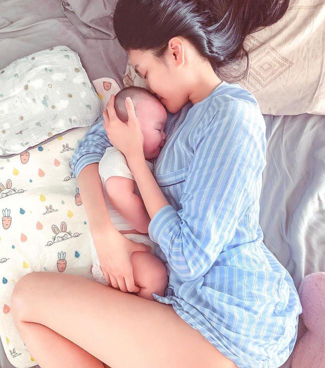 Sinh con 4 tháng, mẹ bỉm sữa Lan Khuê vẫn quyến rũ với 3 vòng đầy đặn trong loạt ảnh cam thường