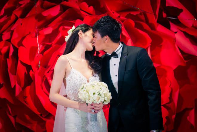 Soi nhan sắc lung linh của dàn phu nhân cầu thủ trong ngày cưới: Thủy Tiên quyến rũ, Viên Minh đúng chất trâm anh thế phiệt