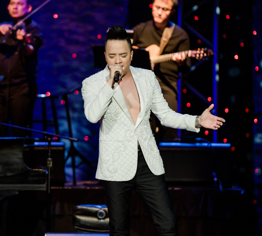 Đông đảo khán giả hải ngoại lấp đầy sân khấu đêm nhạc Nguyễn Hồng Thuận cùng các nghệ sỹ