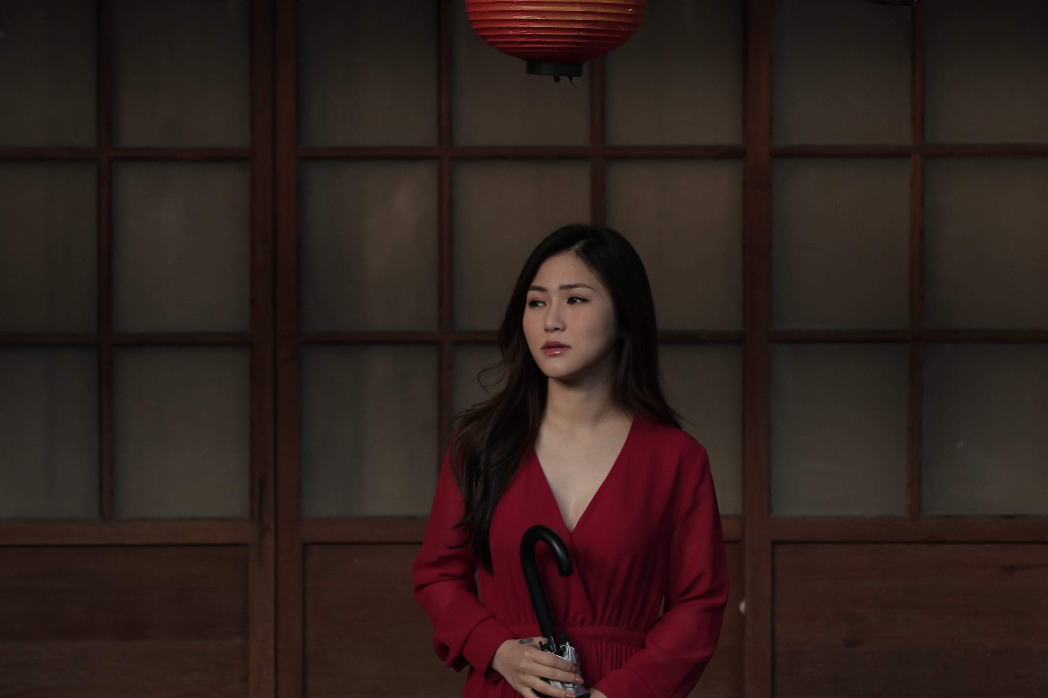 """Sau hơn 3 năm, Hương Tràm trở lại đóng chính trong MV """"Ra là em đâu quá mong manh"""""""