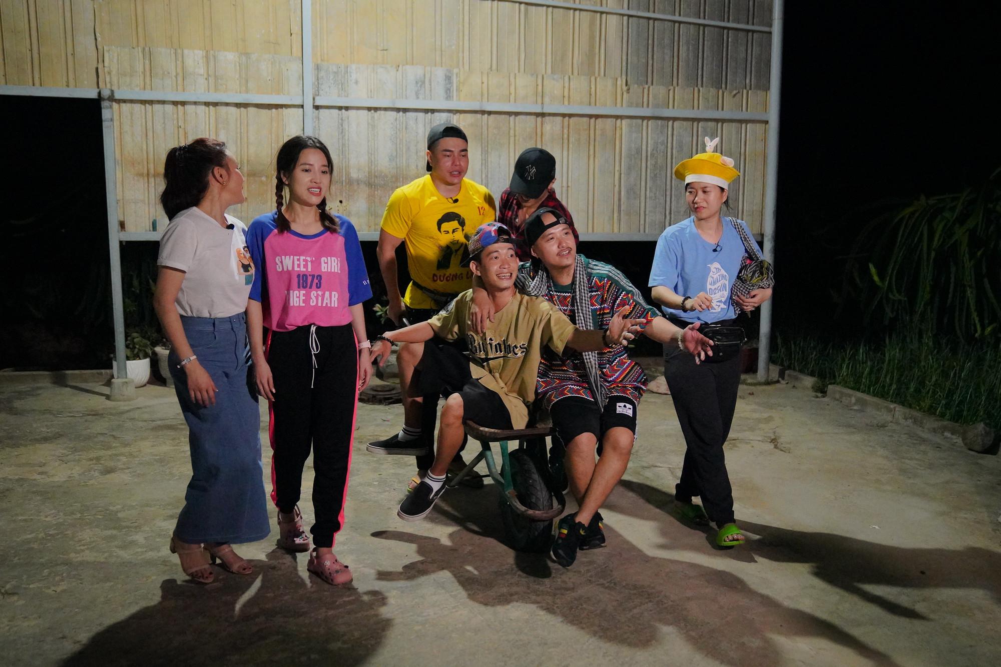 Dàn nghệ sỹ về Bình Thuận thi hái Thanh Long trong tình trạng cột chặt tay