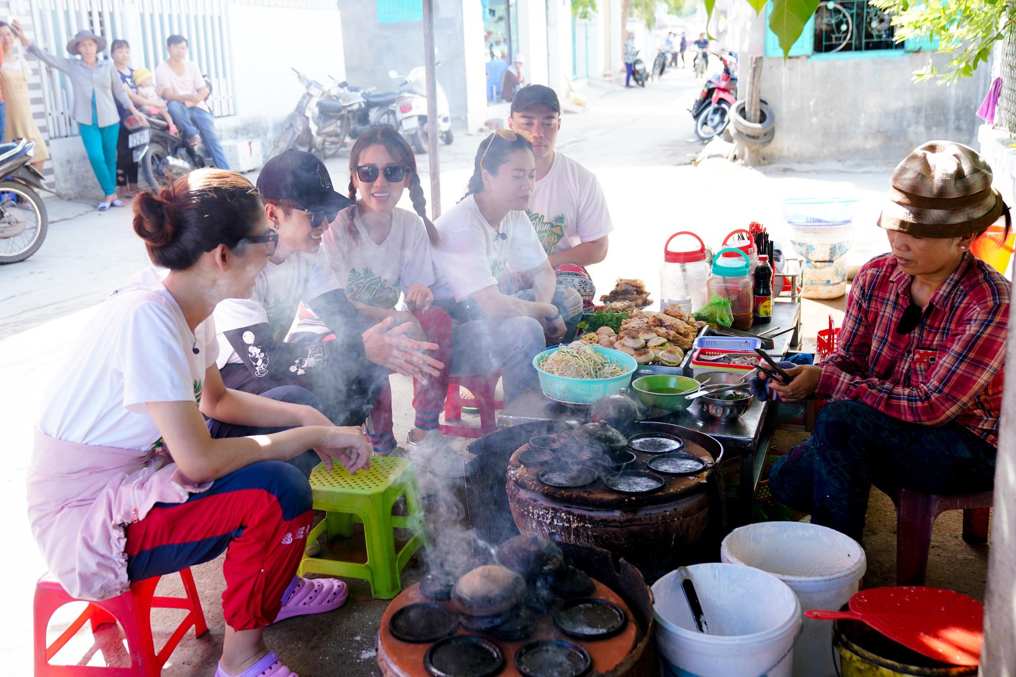 Hết Lâm Vỹ Dạ đến Gin Tuấn Kiệt bị xa lánh phải ra ruộng ngồi ăn bánh căn