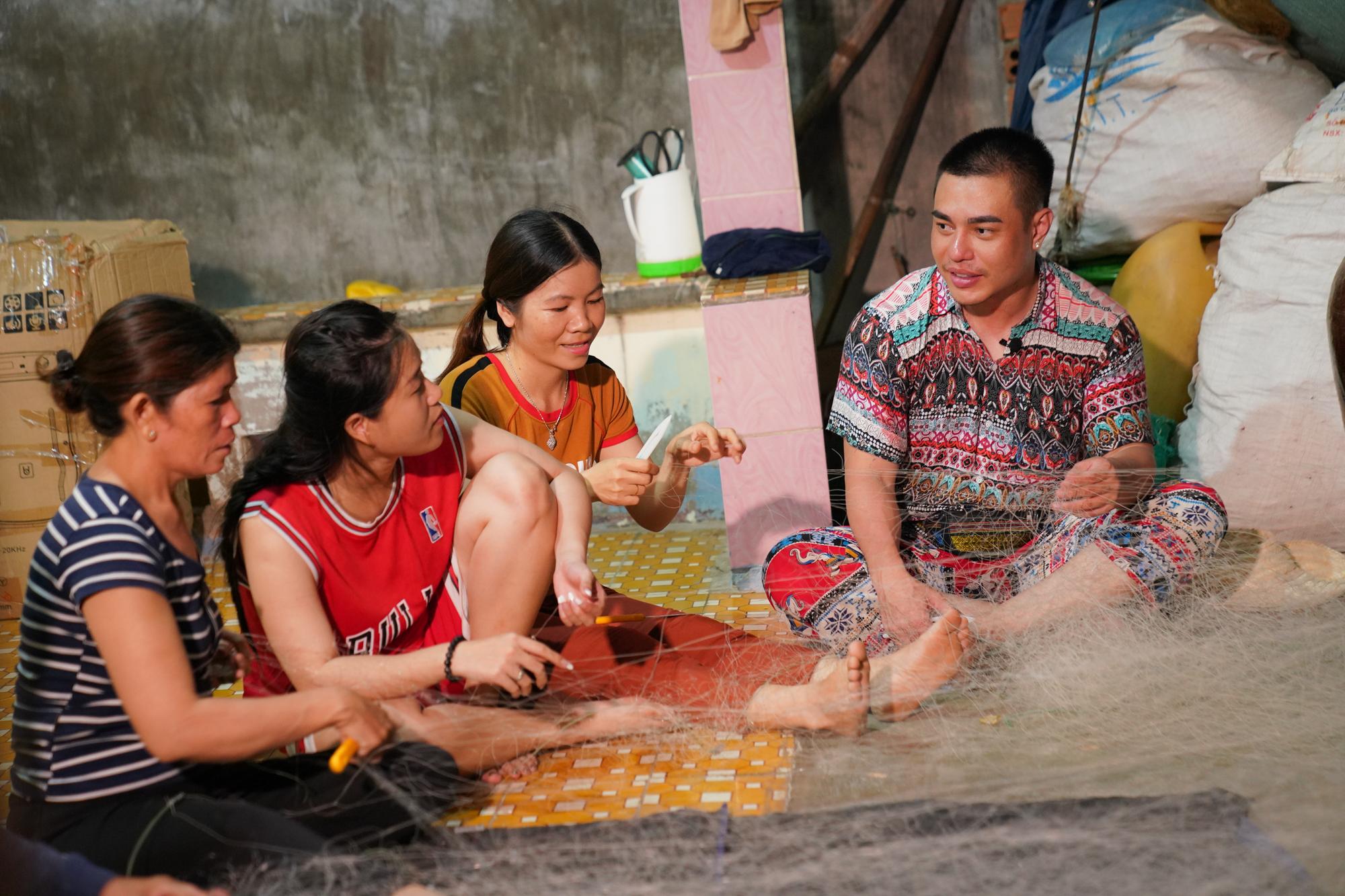 Dương Lâm được xin chữ ký, Lâm Vỹ Dạ phấn khích khi được đông đảo trẻ con  xứ đảo hô to tên mình