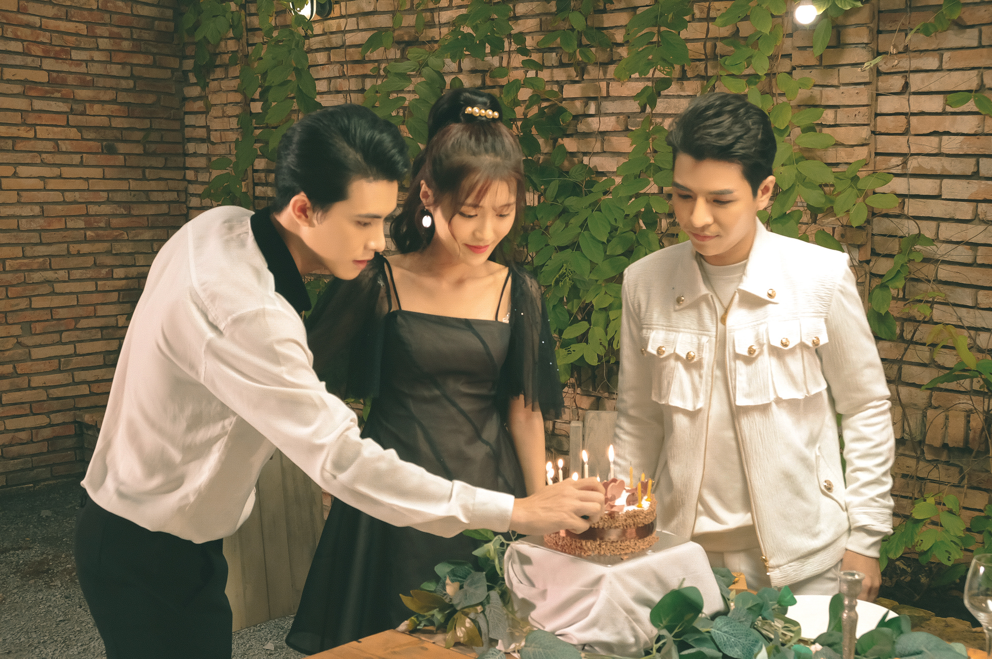 Đỗ Hiếu ra mắt music video đầu tay đi hát sau khi  rời công ty Đông Nhi – Ông Cao Thắng