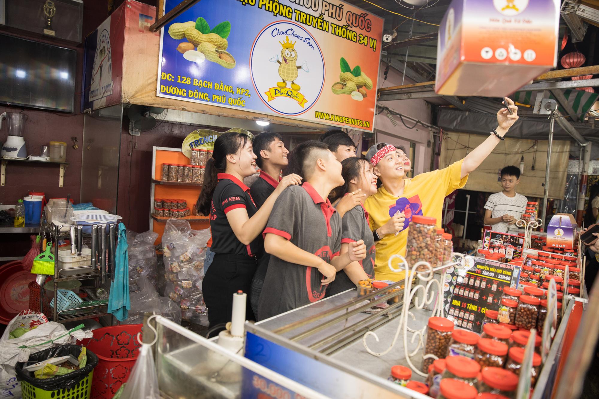 Ngô Kiến Huy, Thủy Tiên bị vây kín giữa lòng chợ Phú Quốc, hát rong và bán hàng  đầy hăng say
