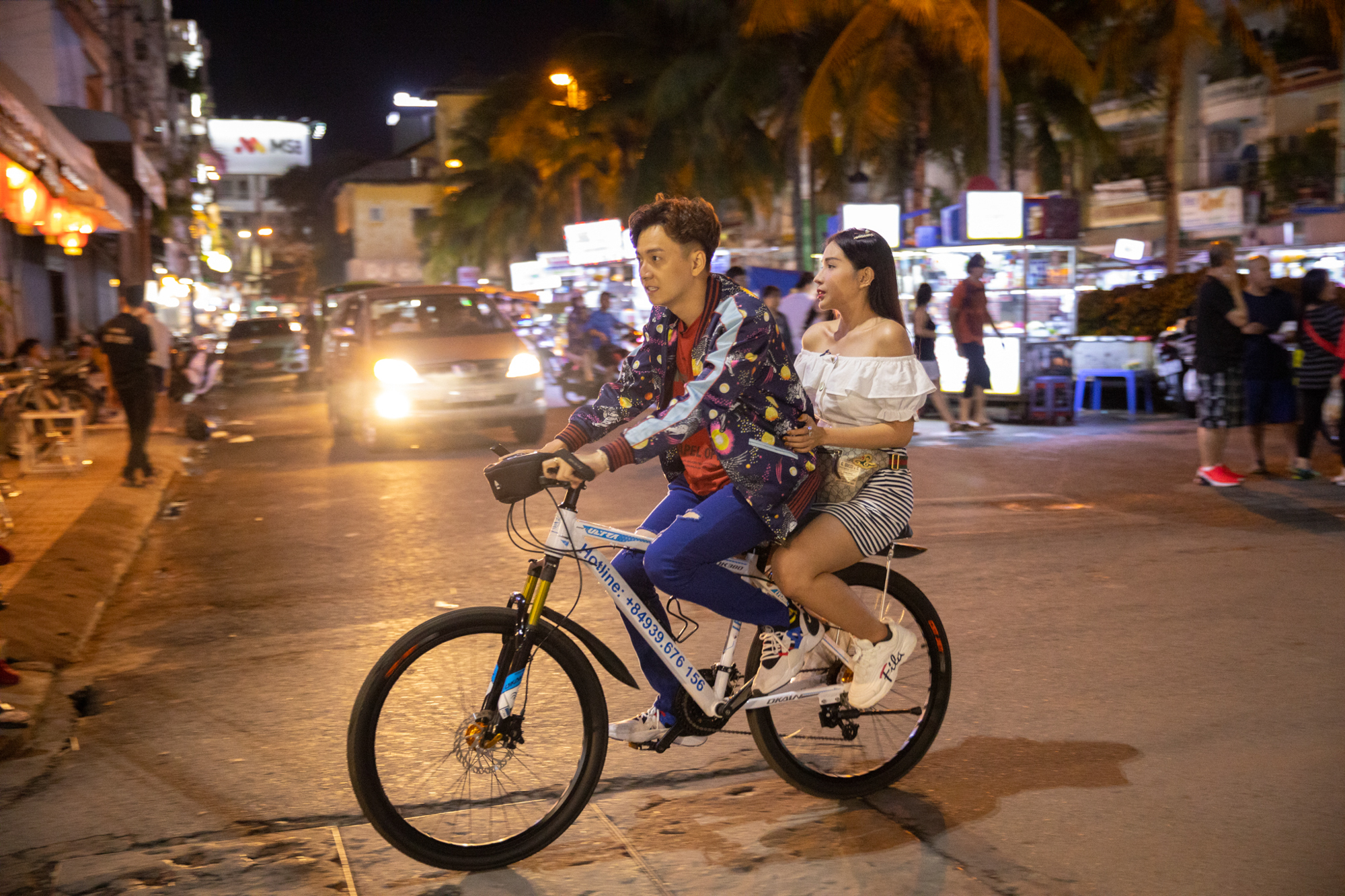 Ngô Kiến Huy, Quang Trung, Huỳnh Lập, Khả Như phá đảo chợ đêm Cần Thơ, bị fan bao vây ở bến Ninh Kiều.