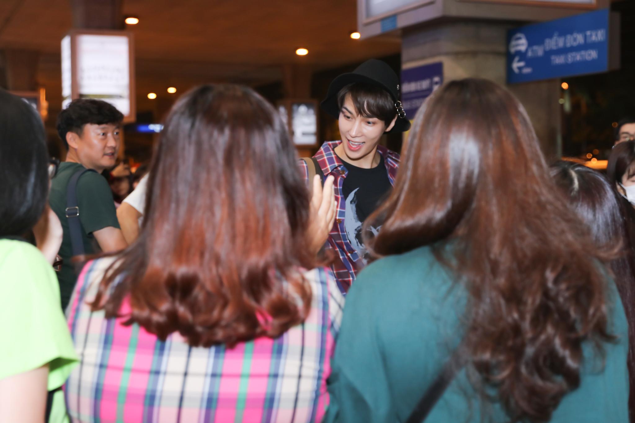 """Park Jung Min gây """"náo loạn"""" sân bay Tân Sơn Nhất khi xuất hiện giữa khuya"""