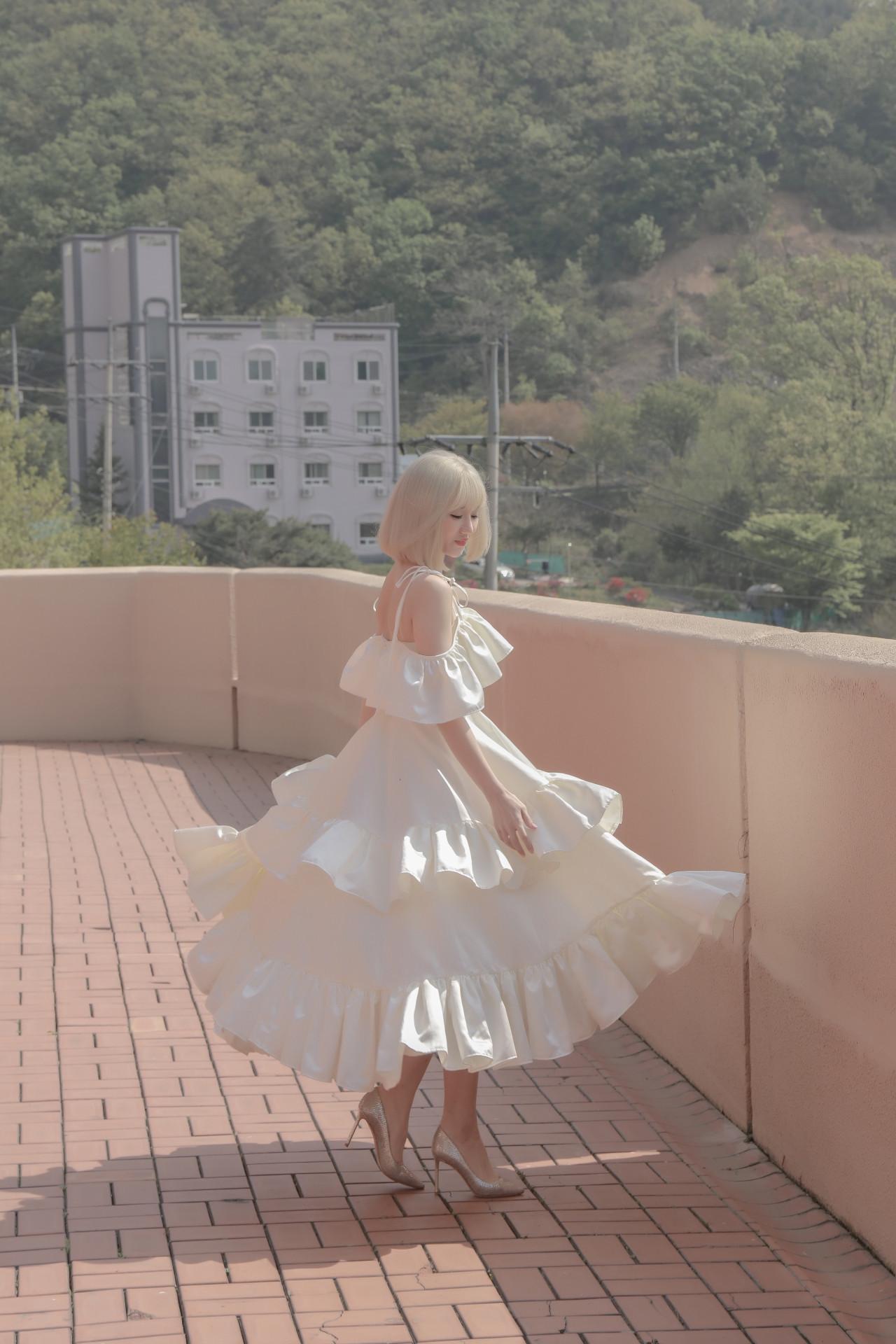Hari Won suýt ngất vì diện váy quay MV giữa trưa nắng