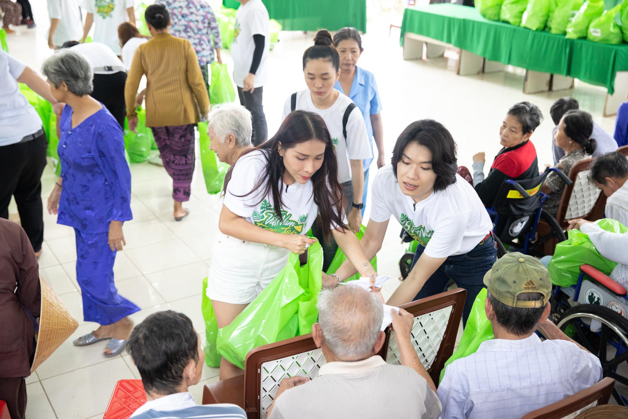 Xúc động với hình ảnh hội bạn thân cùng NSƯT Thoại Mỹ  thăm hỏi và trao quà tại Trung tâm nuôi dưỡng người già và trẻ em thành phố Cần Thơ