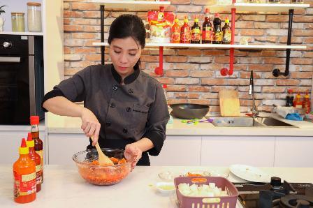 Học đầu bếp Trần Bảo Ngọc cách làm chân gà kim chi rút xương