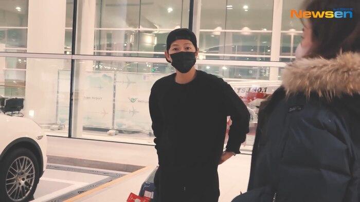 Song Joong Ki đeo khuyên tai, trở về từ vùng dịch COVID-19: Tự cách ly 2 tuần!