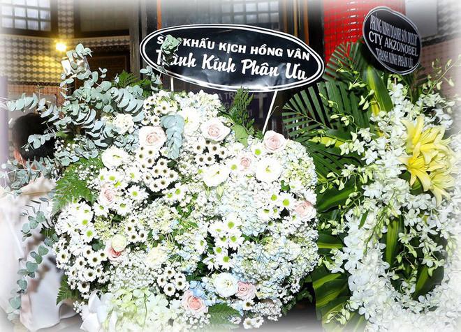 Hồng Vân thăm mộ Anh Vũ và dặn dò: Hãy bảo vệ và chở che cho Mai Phương