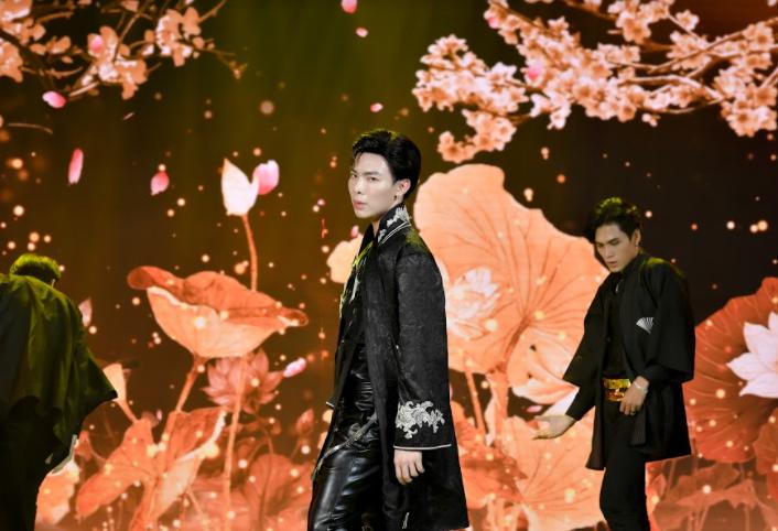 Không hóa trang hài hước diễn hài kịch, Trấn Thành lãng tử si tình song ca cùng  Ali Hoàng Dương loạt liên khúc Hits của năm qua
