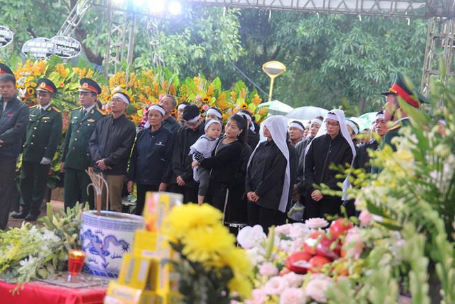 Hương Giang - Matt Liu âm thầm đến viếng đám tang của chiến sĩ hi sinh tại thủy điện Rào Trăng 3