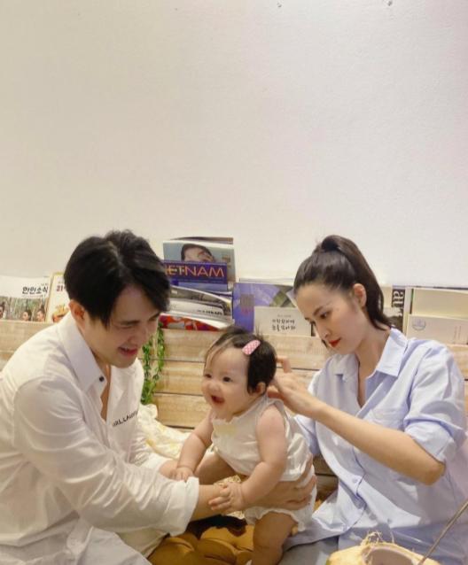 """Đông Nhi - Ông Cao Thắng khoe khéo khoảnh khắc chăm con, Winnie biểu cảm """"thánh meme"""" giật trọn spotlight cặp bố mẹ quyền lực"""