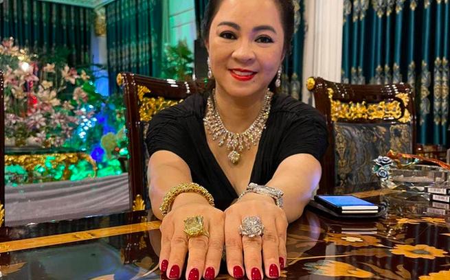 Bị bệnh nhi khều đồng hồ kim cương, bà Phương Hằng có phản ứng tinh tế đáng ngưỡng mộ