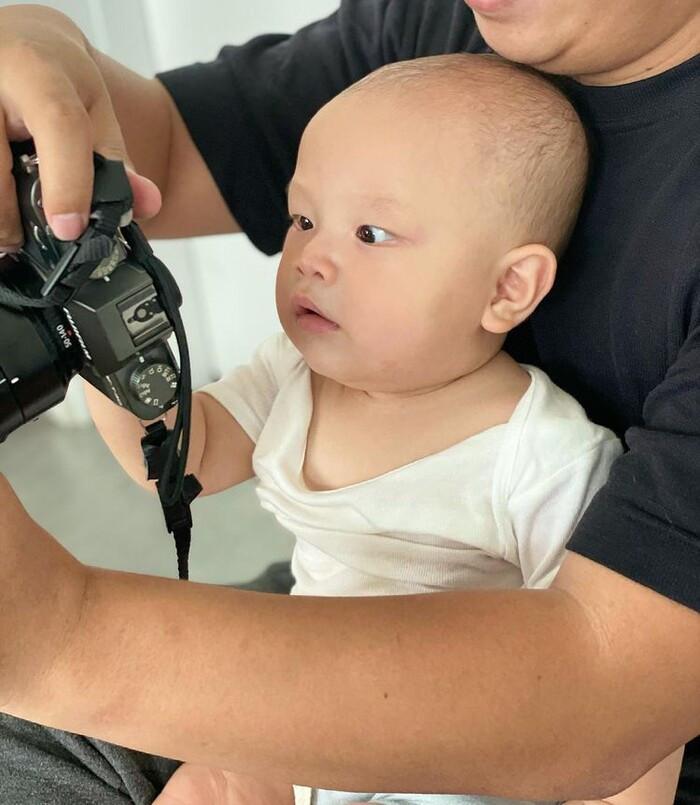 Leon lần đầu hoá boy nghiêm túc khi xem ảnh chụp chị gái Lisa
