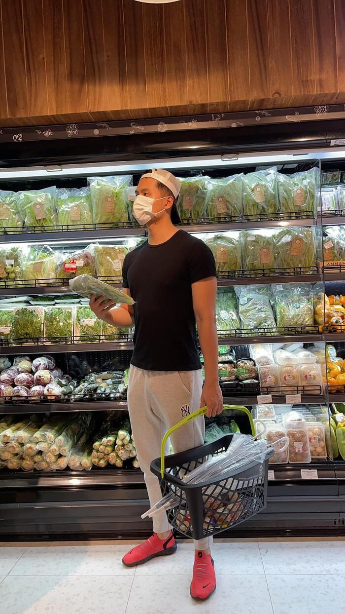 Lâm Bảo Châu đi chợ nấu ăn cho Lệ Quyên giữa mùa dịch: Xứng danh phi công trẻ quốc dân