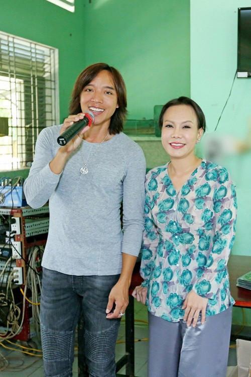 Việt Hương xót xa: Tôi và ê kíp mang gạo đi cứu trợ mà bị chỉ trích, trù ẻo nhiễm bệnh