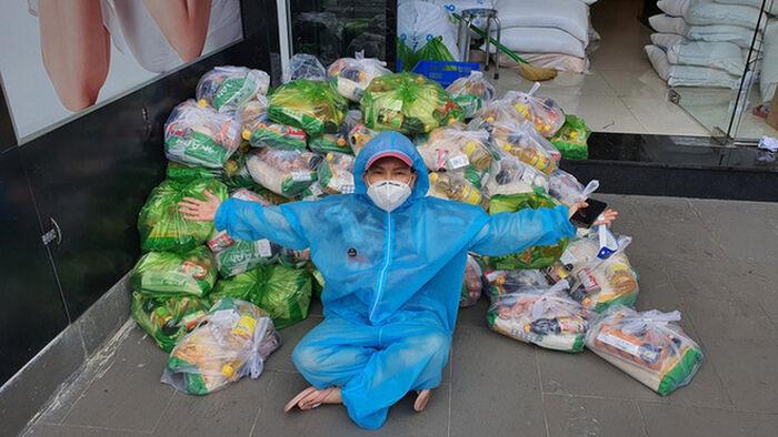 Hết bị trộm giấy tờ trên xe cứu trợ, Việt Hương lại bị người dân ném gạch vào nhà nhưng thương hơn giận