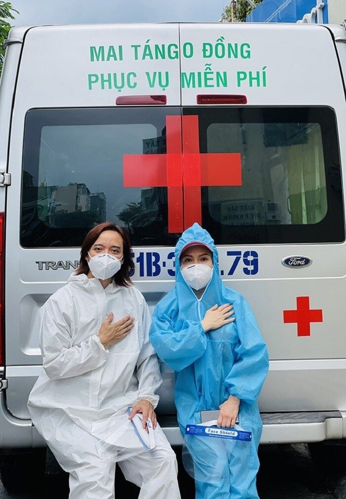Bị vu khống kêu gọi quyên góp, Việt Hương livestream đáp trả, tiết lộ chồng hiện phải nằm một chỗ vì bị thương khi đi thiện nguyện