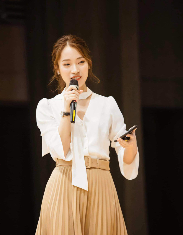 Hot girl 7 thứ tiếng Khánh Vy trở thành MC chính thức của Đường Lên Đỉnh Olympia?