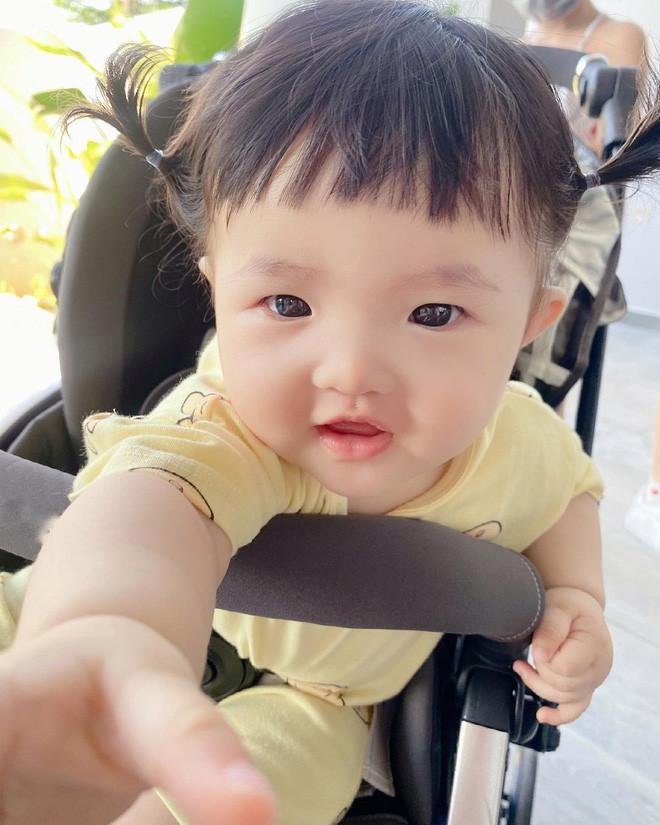 Đông Nhi bị soi giữ tay con gái chỉ để chụp ảnh sống ảo, dân tình tìm ra ngay lý do chỉ mẹ bỉm mới hiểu!