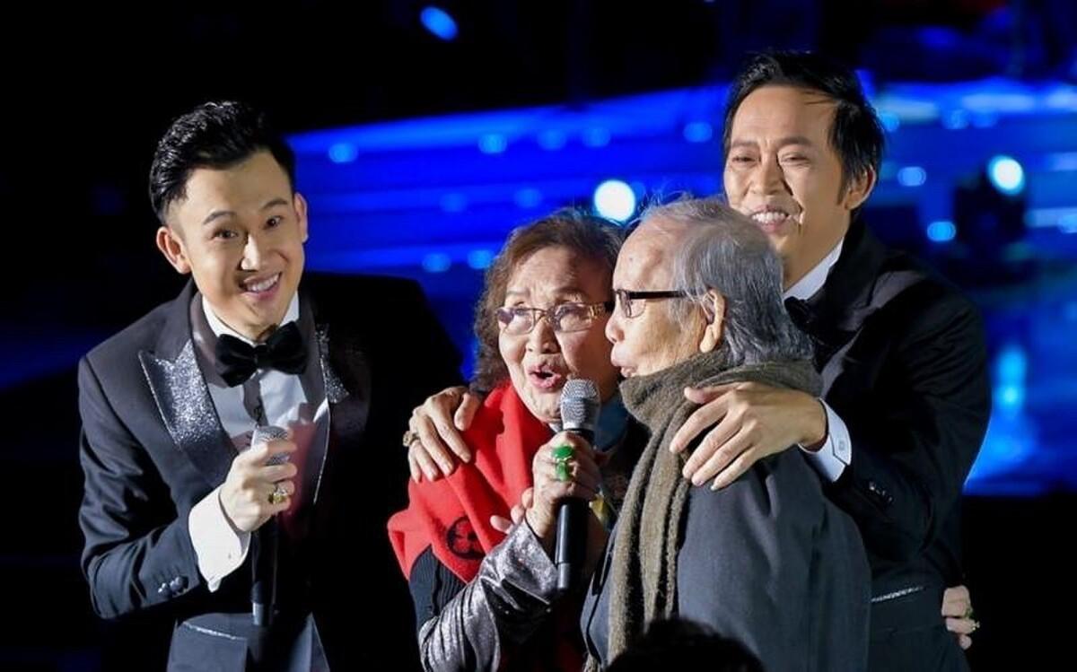 NS Hoài Linh từng trải lòng: Không biết còn được đứng trên sân khấu bao lâu để có bố mẹ xem chúng con hát