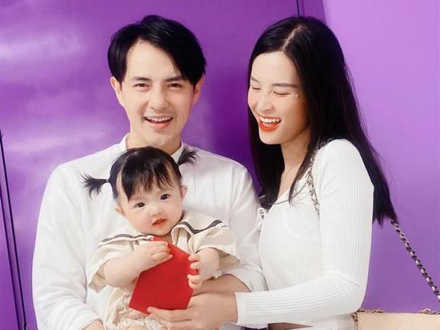 Đông Nhi lên đồ chụp ảnh kỷ niệm tròn tuổi 33: Diện váy áo hở cả mảng eo thon gợi cảm, con gái cực đáng yêu bên bố mẹ!