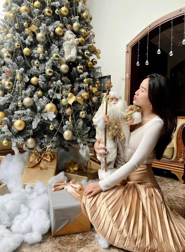 Cập nhật dàn sao Vbiz nô nức đón Giáng sinh: Hương Giang - Matt Liu hẹn hò cực lãng mạn, Minh Hằng - Chi Pu thi nhau lên đồ sexy