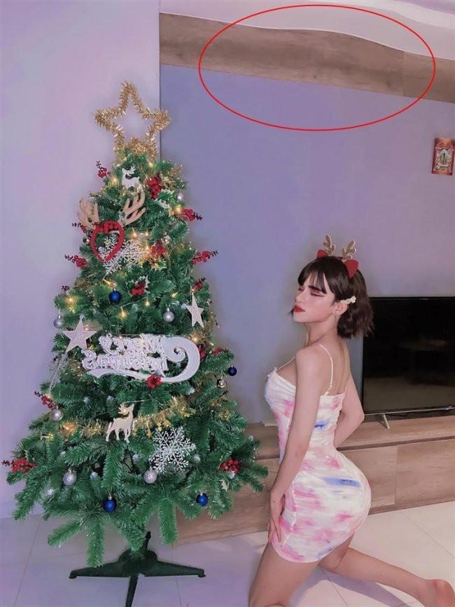 Cosplay thành bà già Noel, Trần Đức Bo quẩy sung đến nỗi rơi cả bộ tóc giả