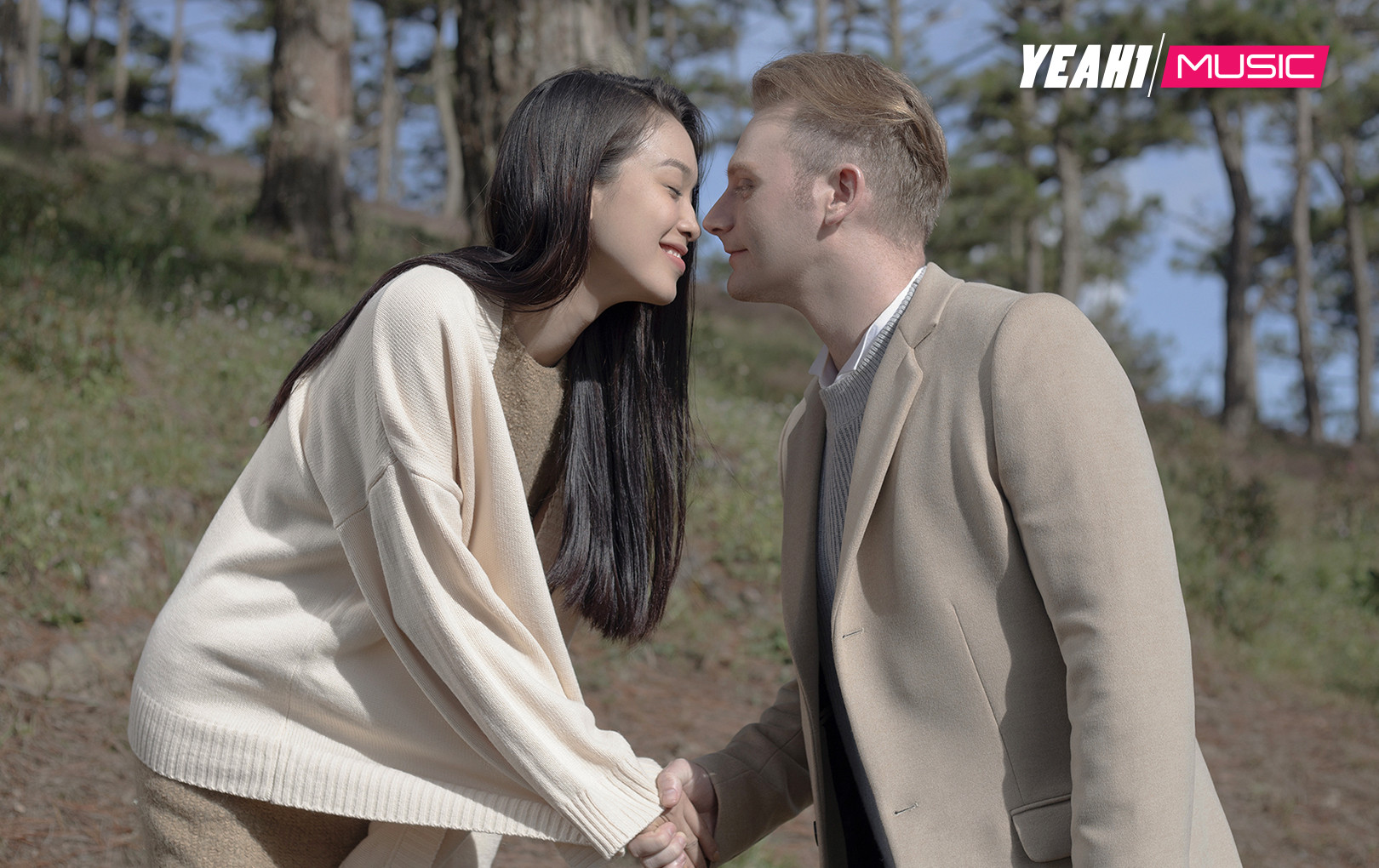"""Kyo York tung hình ảnh thân mật cùng Á hậu Coco Thùy Dung, dấy lên nghi vấn """"phim giả tình thật"""""""